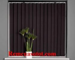Rèm cửa lá dọc màu đen hài hòa với tường nhà màu tím mã RLD 134